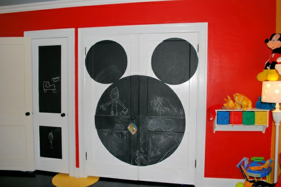 Decorar el armario del bebé con pintura pizarra