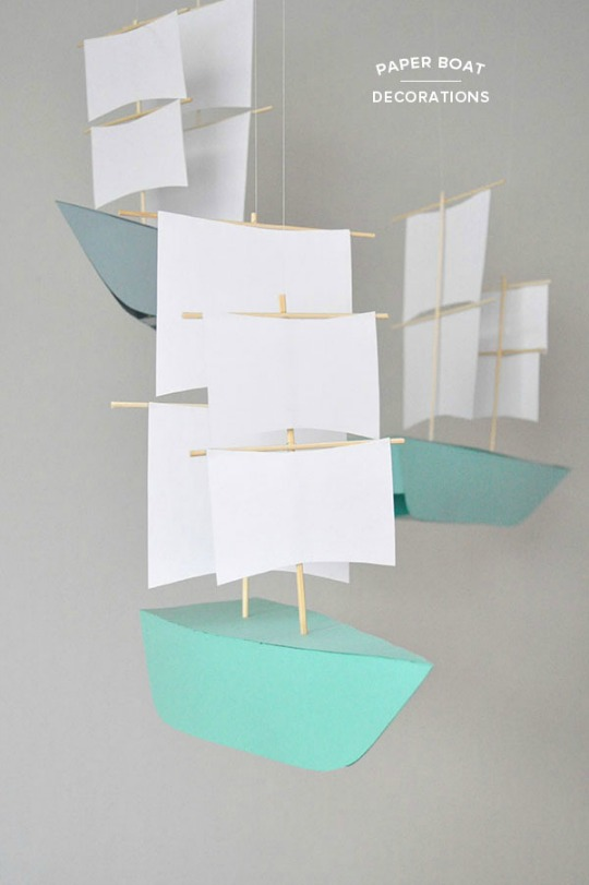Móvil decorativo barco de papel