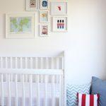 Habitación de bebé con rincón de lectura