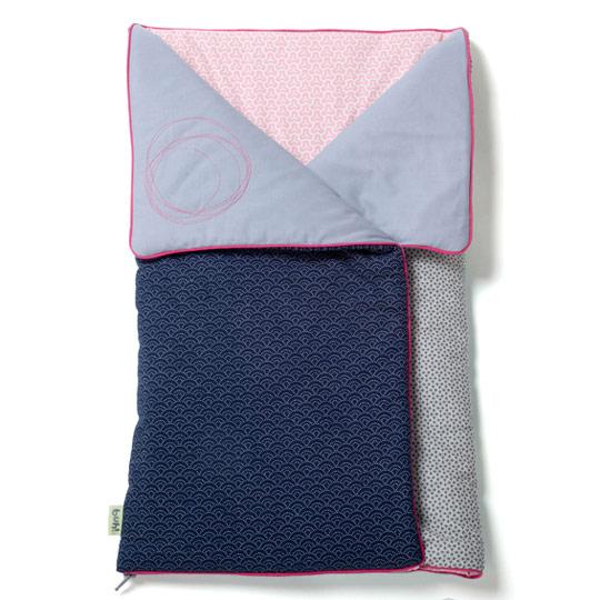El saco capazo es un artículo con muchas funciones. Úsalo como saco durante los primeres meses de vida del bebé y posteriormente te puede servir como manta de juegos o como colcha de cuna.