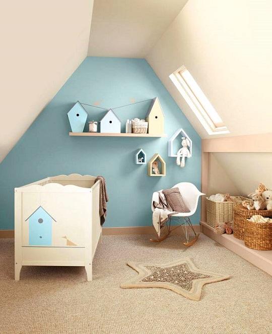 Una bonita composición de obetos decorativos y estaterías, todos con diseño de casita.