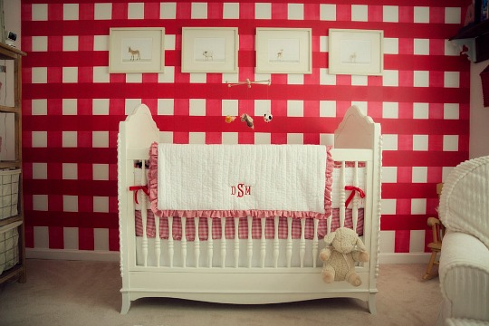 Un dormitorio campestre en blanco y rojo