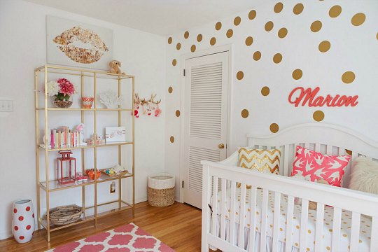 habitacin de beb en rosa y dorado