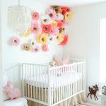 Flores de papel para decorar el dormitorio del bebé