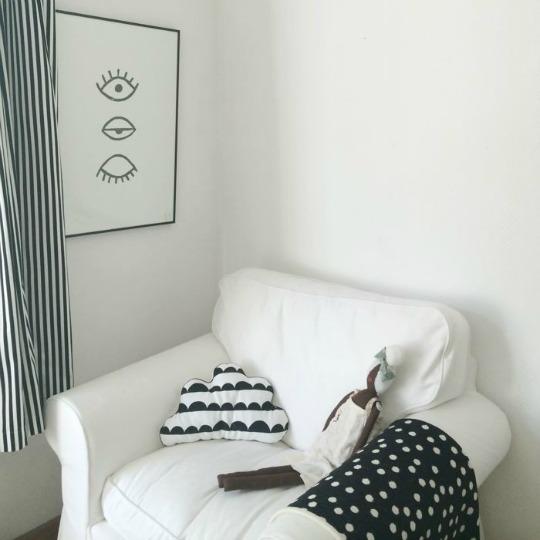 Dormitorio blanco y negro con suaves toques de rosa
