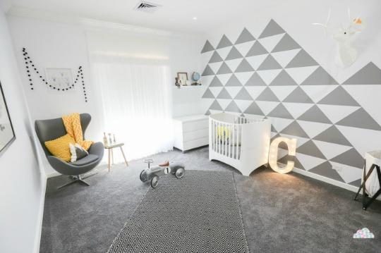 Moderna habitación en blanco y negro con diseños geométricos