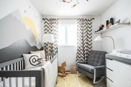 Otra habitación de bebé con mural de montañas