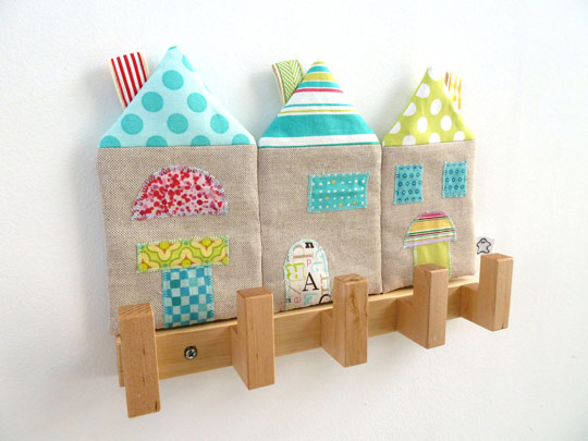 Perchero decorado con casitas decoraci n beb s for Perchero pared infantil