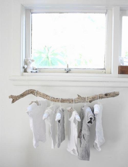 Un perchero con una rama para el bebé