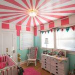 Techo decorado en la habitación del bebé
